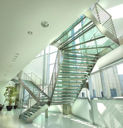 Escada autoportante com estrutura em aço e degraus em vidro