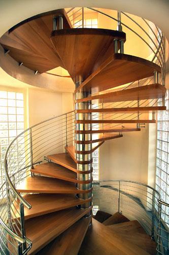 Escada em caracol em aço e degraus em madeira